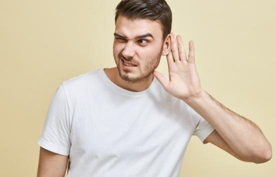 Qu'est-ce qui peut causer une pression dans les oreilles chez l'Homme ?